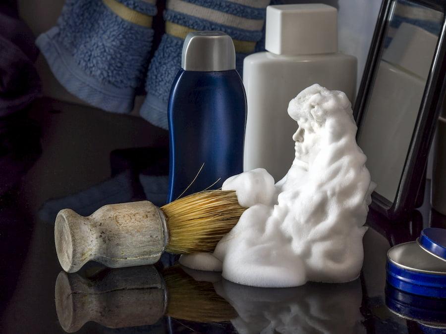 Кисточка-помазок решает две задачи: с ее помощью из мыла или крема делают пену для бритья, а затем распределяют ее по лицу
