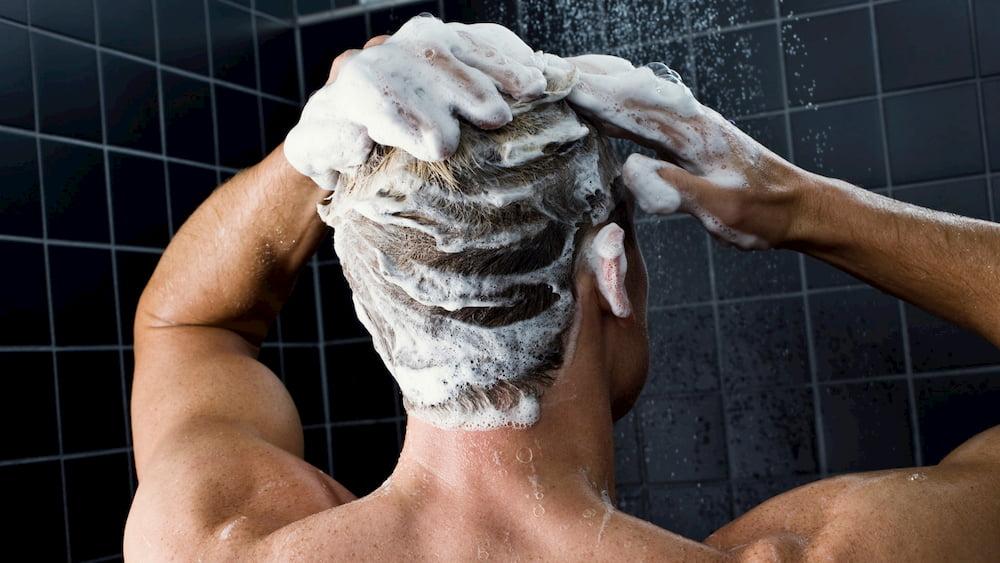 Температура воды должна быть тёплая. Таким образом вы предотвратите ломкость волос и пересушивание кожи головы
