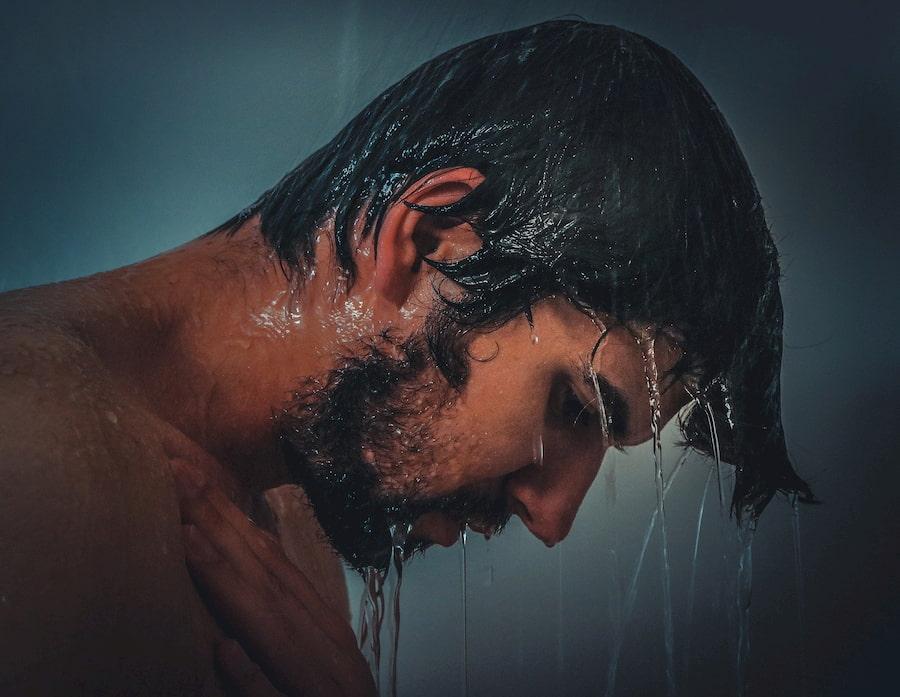 Мойте волосы теплой водой: горячая активирует работу сальных желез