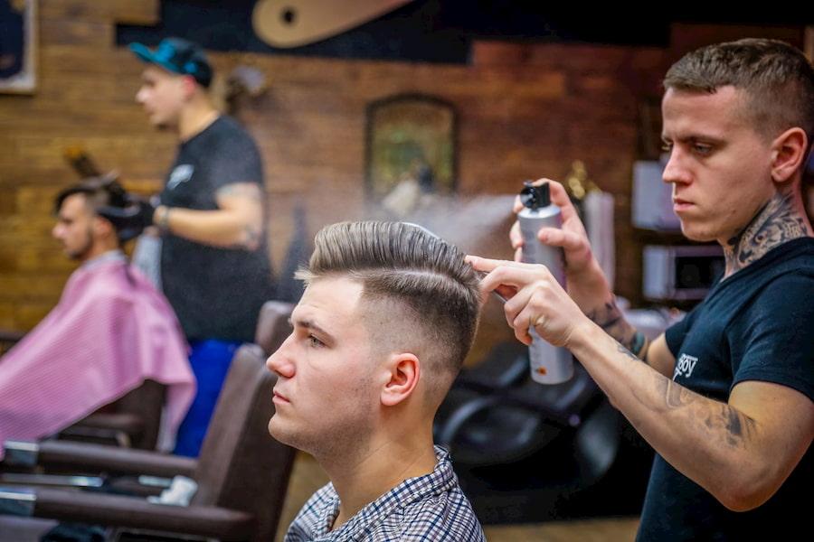 Лак для волос нужно распылять на расстоянии 20-30 сантиметров, чтобы не склеить пряди