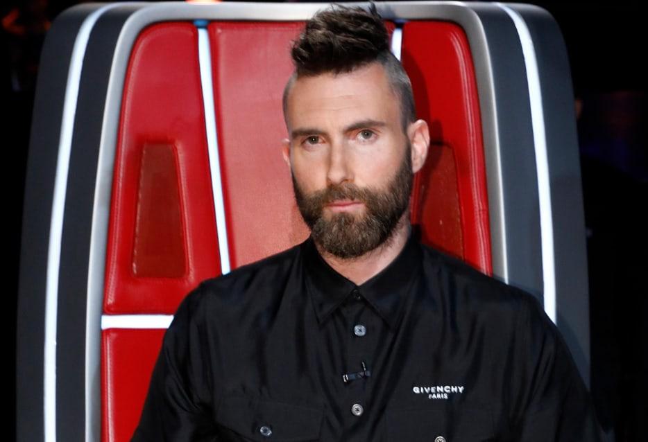 Солист Maroon 5 Адам Левин ассоциируется с полубоксом, но музыкант также не боится экспериментов, будь то обесцвеченные волосы или ирокез