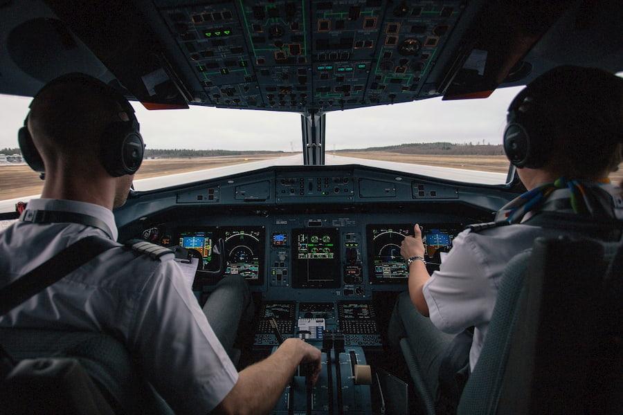 Капитан и второй пилот — главные люди на борту. В первую очередь, жизнь экипажа и пассажиров зависит от их слаженных действий