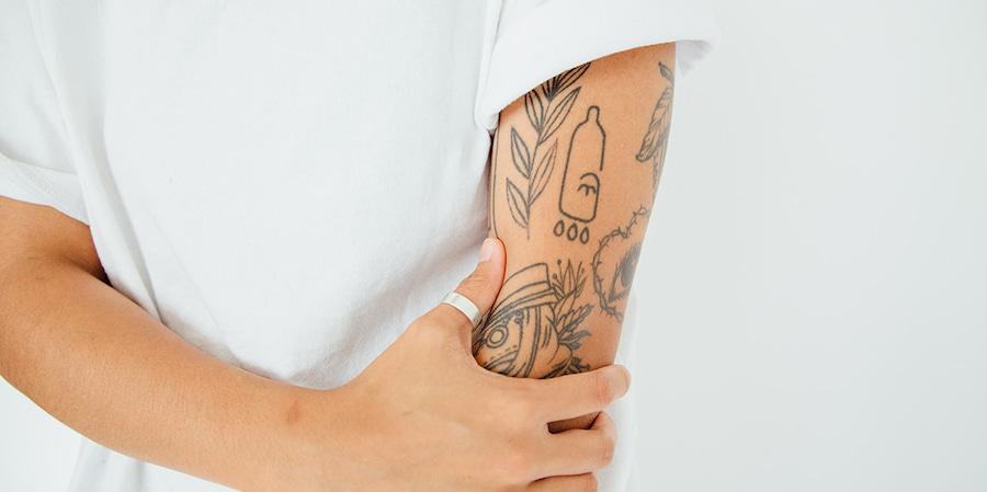 Хендпоук часто выбирают для парных татуировок. Но кто-то делает рукава в этом стиле, забивает ноги, грудь и живот