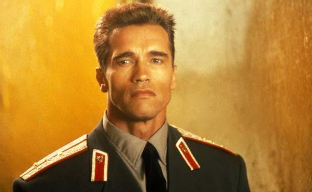 «Железный Арни» сыграл в «Красной весне» роль стереотипного советского милиционера (с американским флэттопом)
