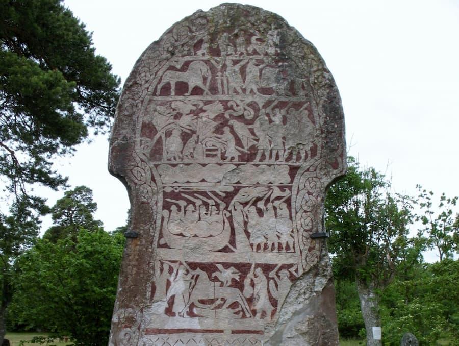 Поминальные камни еще называют картинными. Их устанавливали в честь выдающихся личностей