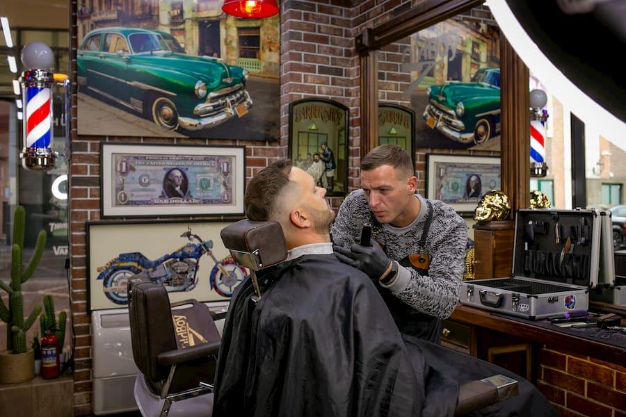 Барберполы также могут дополнять интерьер мужской парикмахерской. На фото - OldBoy Barbershop в Калининграде