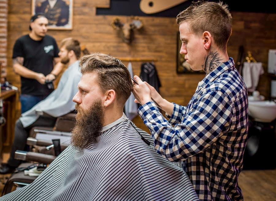 Для вьющихся волос лучше выбирать короткий квифф — его проще укладывать, и прическа будет держаться весь день