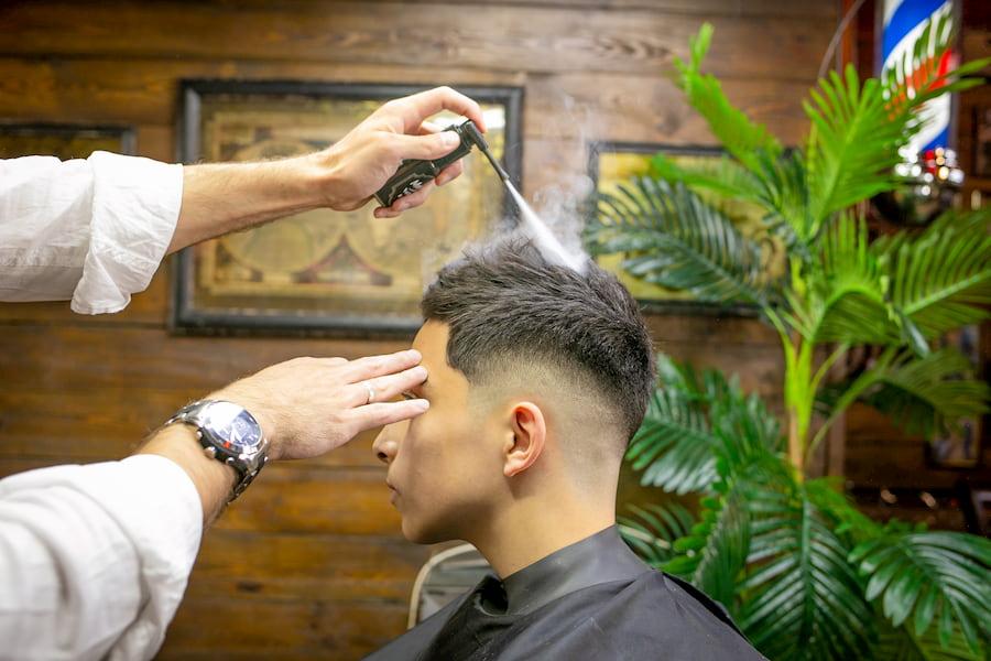 Стилисты советуют всячески подчеркивать текстуру прядей в кропе, даже если волосы вьющиеся и непослушные