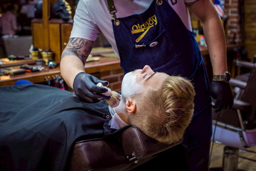 Для того, чтобы научиться «Королевскому бритью», барберы OldBoy Barbershop проходят повышение квалификации по стандартам «Truefitt & Hill»