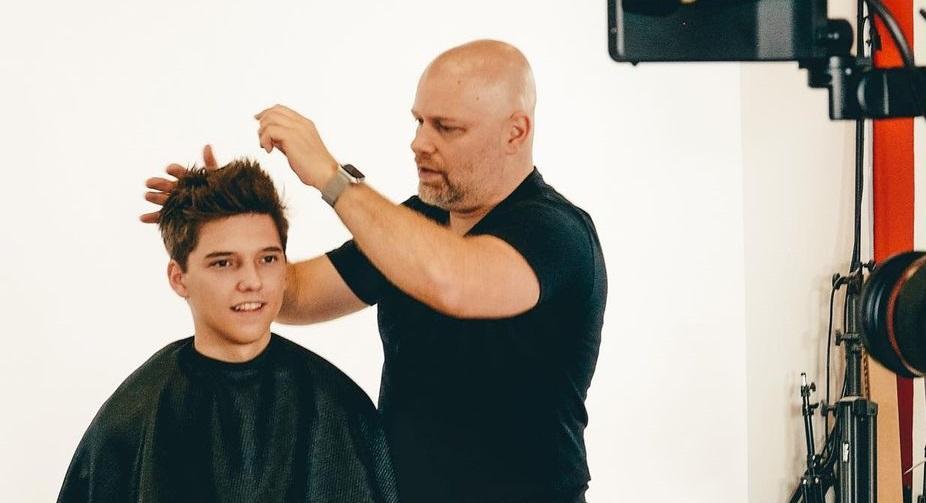На YouTube-канале TheSalonGuy можно найти различные видеоуроки по мужским стрижкам и укладкам. На фото — Стивен Маринаро и его клиент