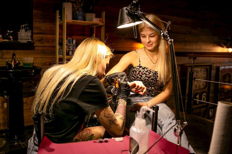 В отличие от парикмахерских услуг, которые делятся на мужские и женские, при нанесении татуировки используются одни и те же чернила и инструменты