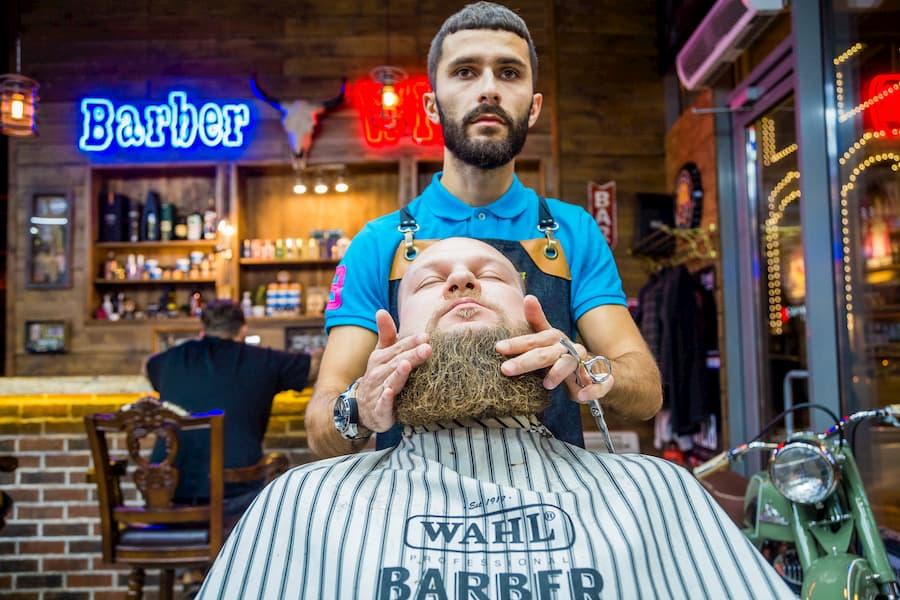 Кроме крема для бритья, барберинг и Римскую империю связывают «барбершоп» и «барбер»: они произошли от латинского слова barba, которое переводится как «борода»