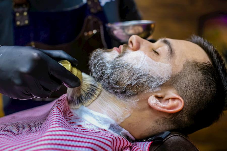 «Королевское бритье» - одна из фирменных фишек барбершопов. Для того, чтобы делать его по всем правилам, барберы проходят обучение по стандартам Truefitt&Hill – привилегированного бренда британского королевского двора