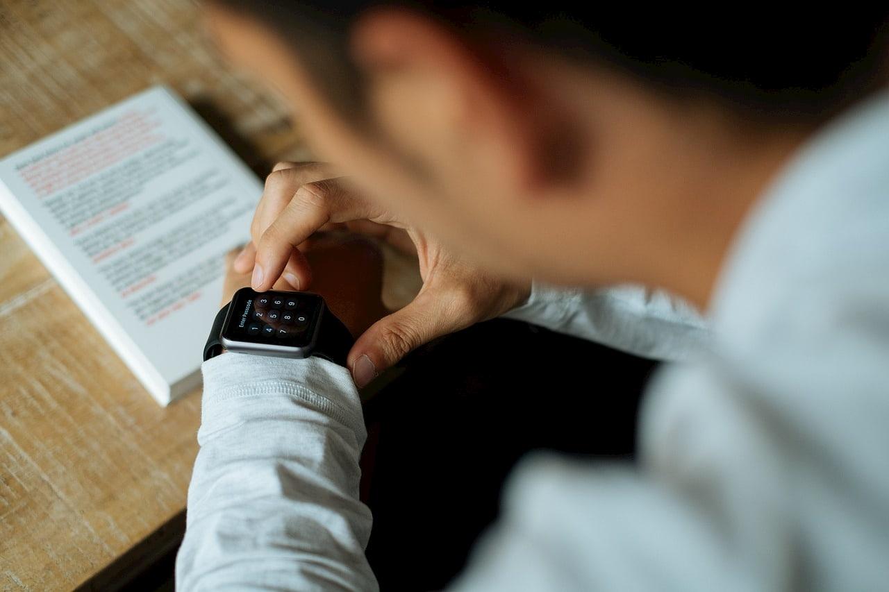 Фитнес-браслеты больше подойдут для наблюдения за своими показателями, тогда как смарт-часы служат полноценным дополнением к смартфону