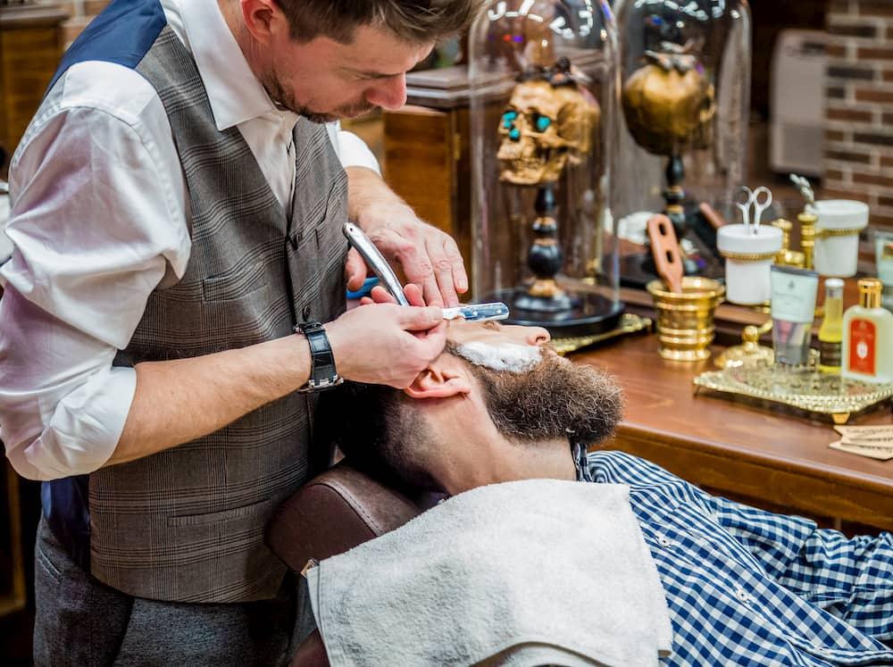 В OldBoy Barbershop заботятся о безопасности клиентов, а наши мастера настолько аккуратно обращаются с бритвой, что алунит просто не понадобится