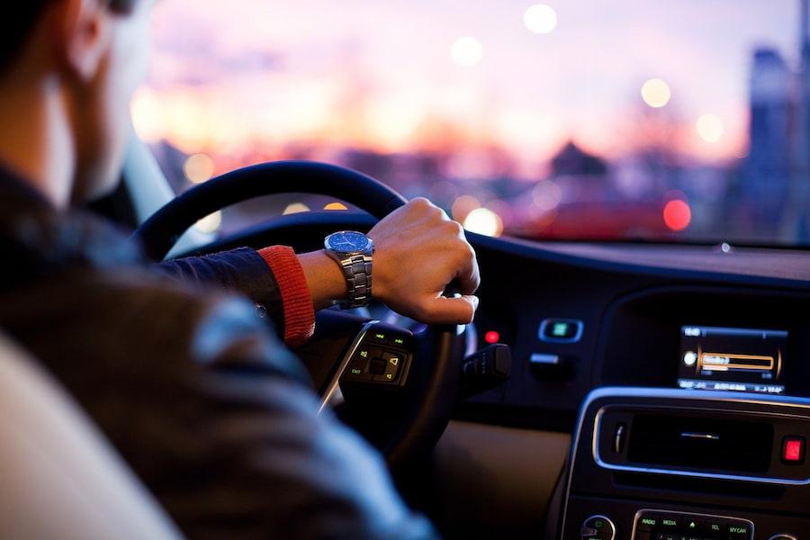 Другие приятные мелочи вроде ароматизатора воздуха, ковриков или накидок на передние сиденья также придутся по душе водителю. Еще один вариант подарка — брендированный плед в комплекте с подушкой