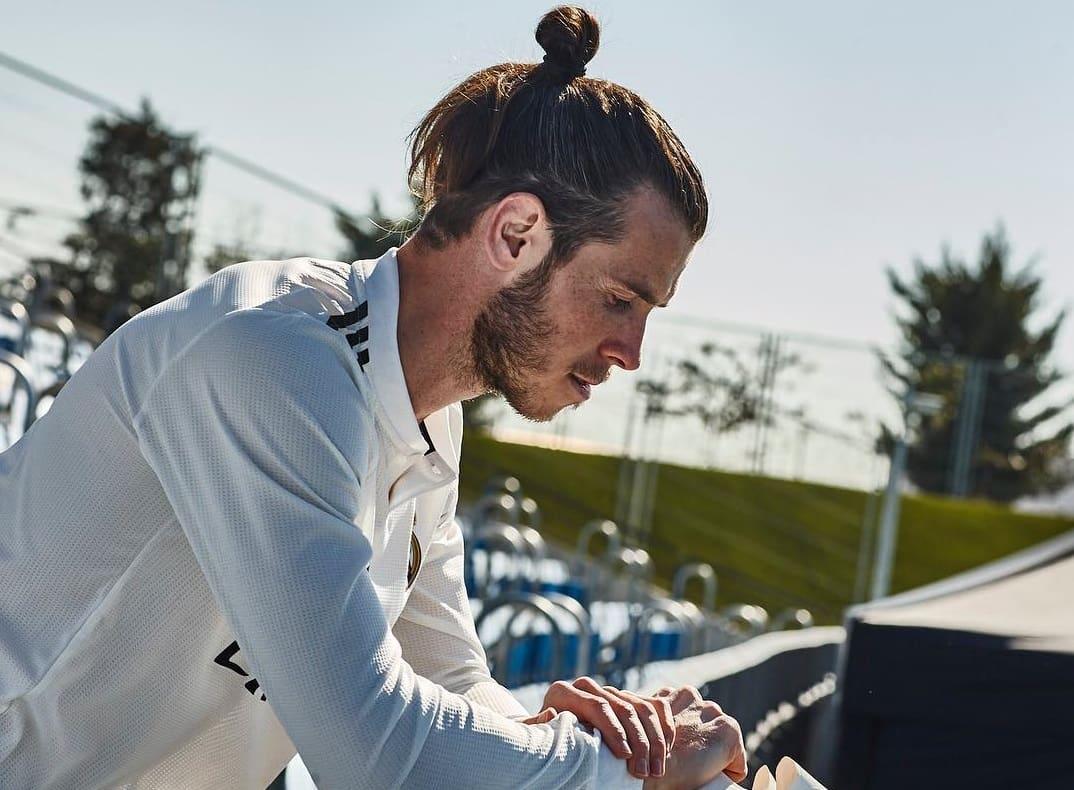 Иногда футболист позволяет себе немного «обрасти», так, что контраст между висками и основным массивом волос теряется, но это совершенно не портит прическу
