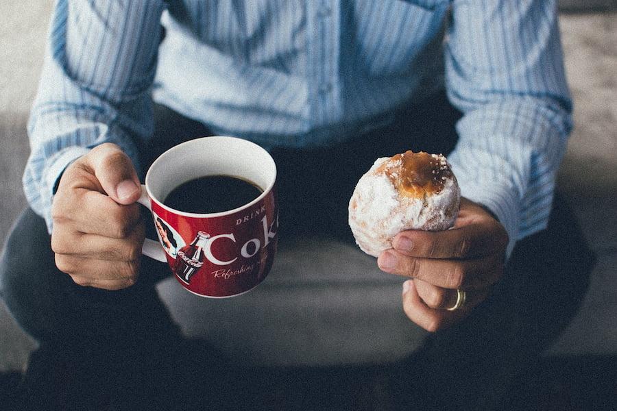 Чтобы восполнить водный баланс после чашки кофе или чая, обязательно выпейте стакан простой воды