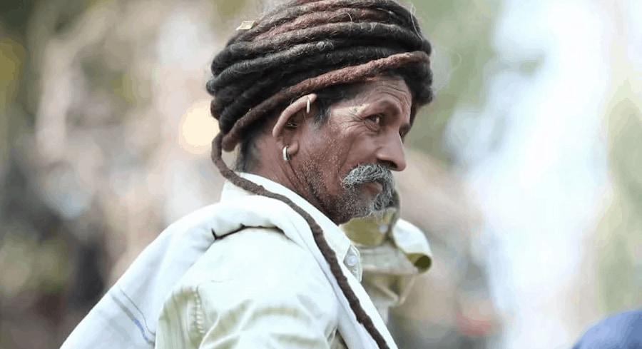Пока люди бегали за веревкой, Савджибхай Ратва бросил свою косу ребенку и вытянул его на берег
