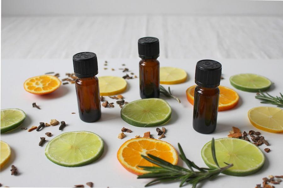 Отличным антисептическим действием обладают средства с маслами цитрусовых и чайного дерева