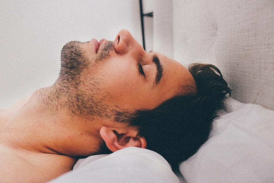 И последний совет — не ложитесь спать с мокрой головой. Такой сон может привести не только к перхоти, но и к другим проблемам с волосами