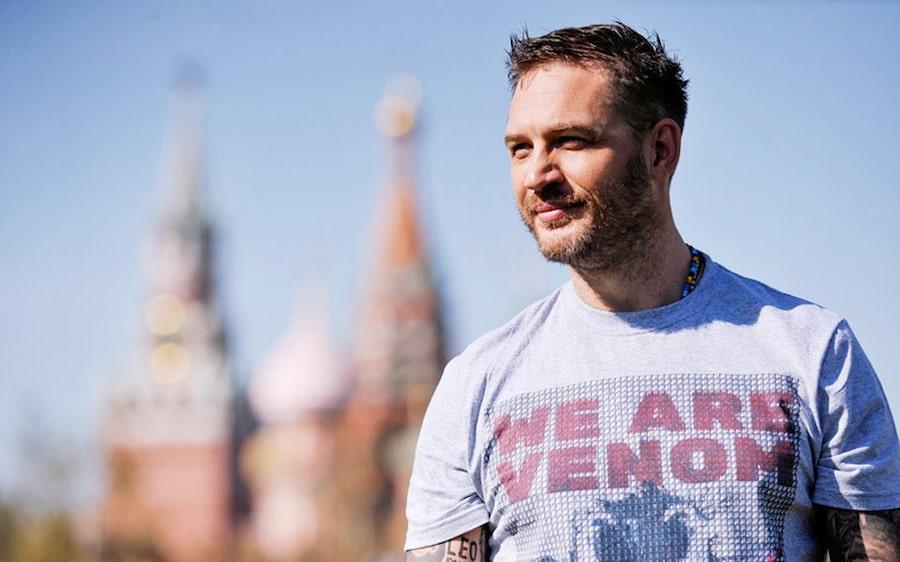 Как вы могли догадаться по храму Василия Блаженного на заднем плане, эту фотографию сделали в Москве, а футболку с надписью «We are Venom» Тому Харди подарили русские фанаты