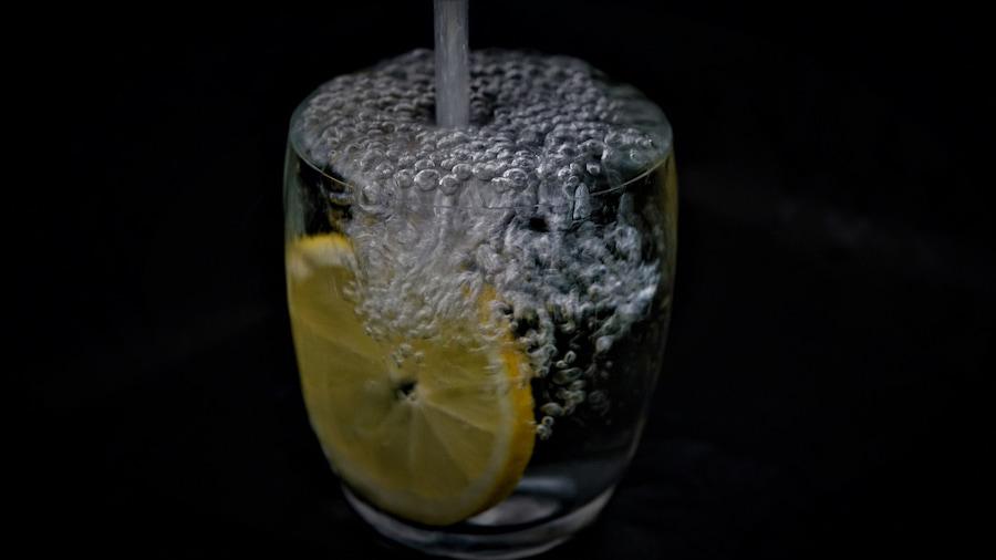 Минеральная вода должна быть негазированной, без добавок и комнатной температуры. При высоких нагрузках можно добавить BCAA, чтобы повысить выносливость организма