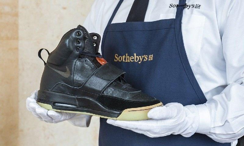 Первые кроссовки из линейки года продали в апреле 2021 на аукционе за рекордные 1,8 миллиона долларов