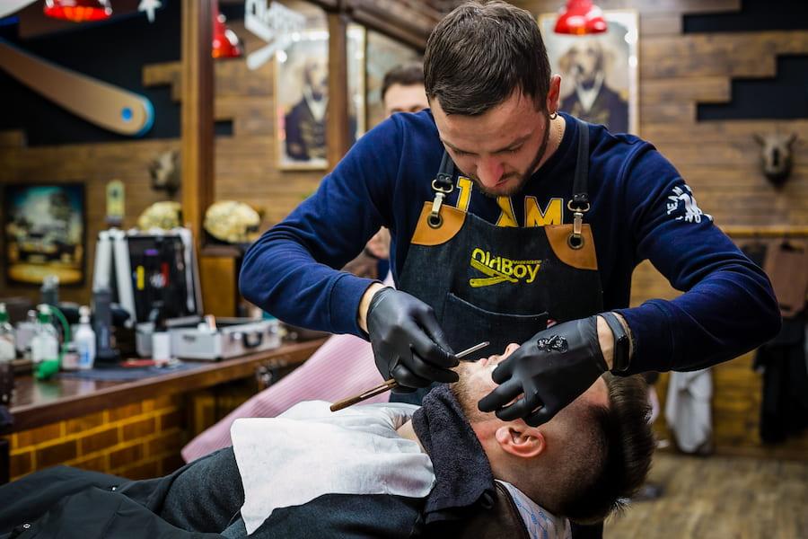 Чтобы в совершенстве владеть техникой опасного бритья, наши барберы постоянно прокачивают свои навыки