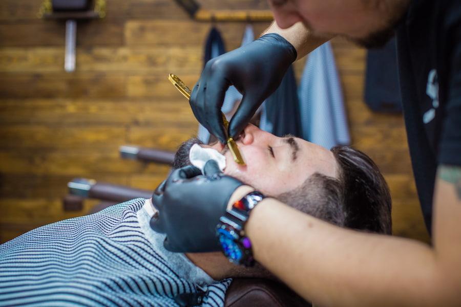 Помимо коррекции и стрижки волосков, в услугу обычно входит подбор формы и консультация по уходу