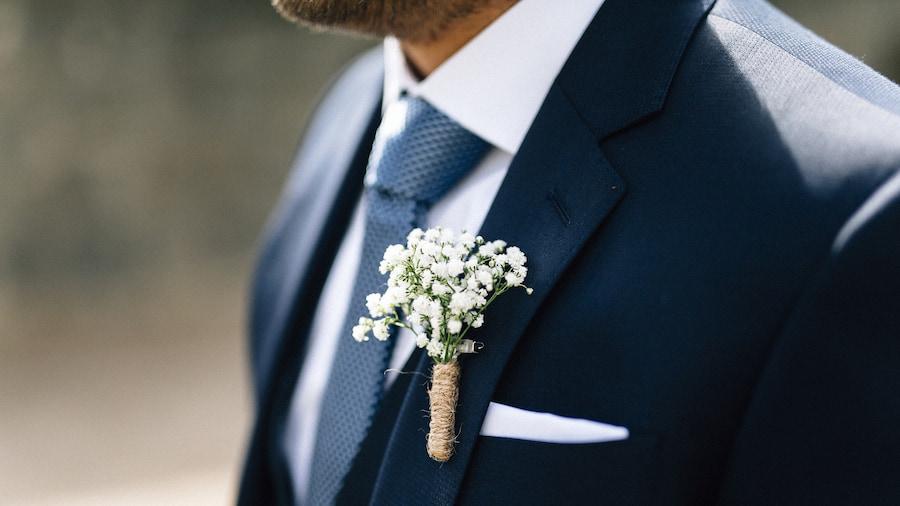 Кстати, для бутоньерки жениха нередко выбирают цветы, которые он подарил на первом свидании. Нет, мы не предлагаем заглядывать так далеко, но порой обычный букет значит чуть больше, чем кажется на первый взгляд