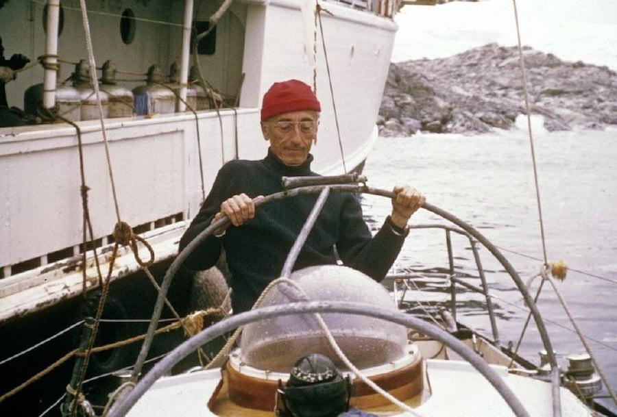Французского исследователя Жака-Ива Кусто сложно представить без его неизменной красной шапочки