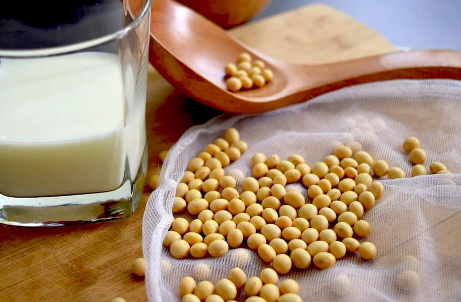 Еще один вариант перекуса — смузи на основе соевого молока с любимыми ягодами или фруктами